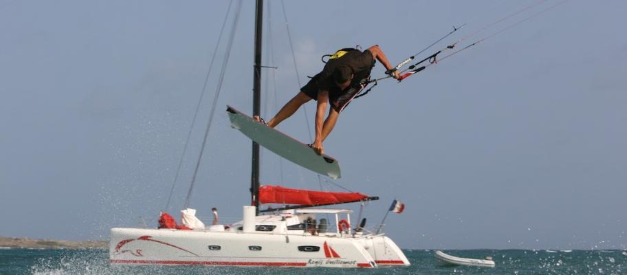 Kitesurf en action et TS 50 au mouillage
