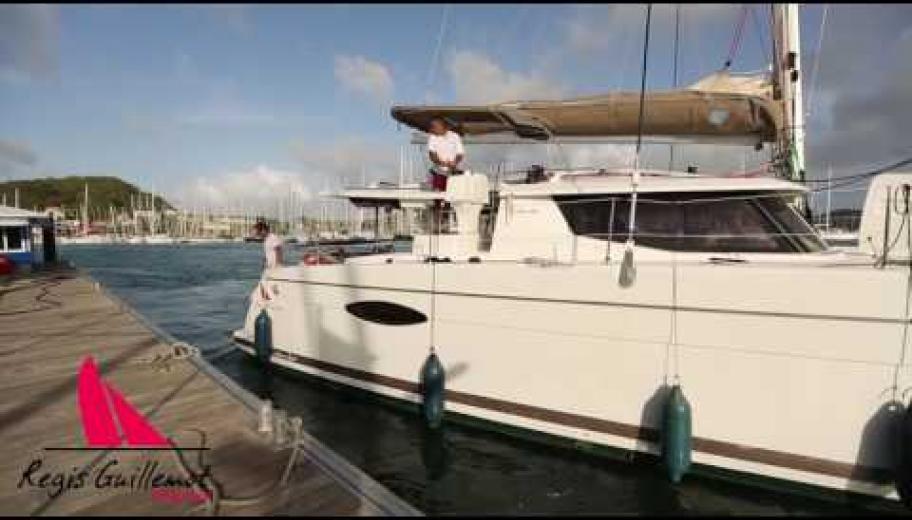 Manoeuvre en catamaran pour accostage au ponton avec Regis Guillemot Charter