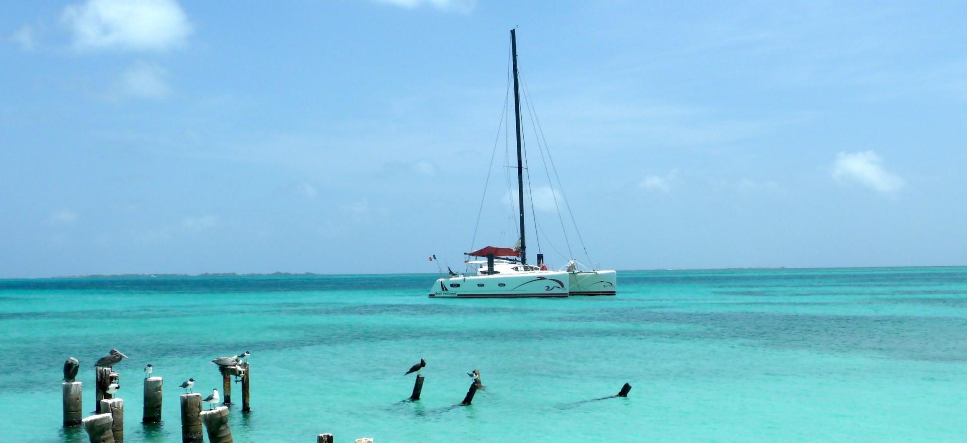 TS 50 au mouillage dans les eaux turquoise des Caraïbes